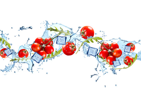 alimentos congelados: salpicaduras de agua con el vehículo aislado en el fondo blanco. tomate fresco Foto de archivo