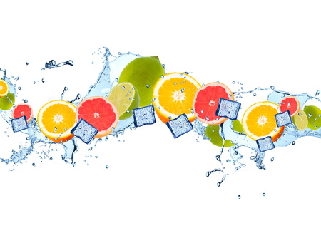 Frische Früchte, Kalk, Orange und Pampelmusen, die in Wasserspritzen fallen, getrennt auf weißem Hintergrund