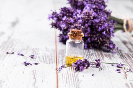 Spa, Lavendel Produkt, Öl auf die Natur Hintergrund Standard-Bild