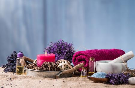 Wellness-Massage-Einstellung, Lavendel Produkt, Öl auf Holzuntergrund