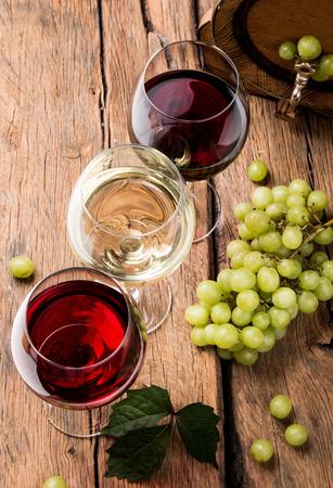 Wijn en kaas op een houten tafel met verse druiven