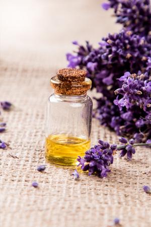 Spa, Lavendel Produkt, Öl auf Natur Hintergrund