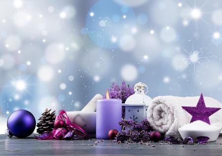 Nastavení masáže, lázně, levandulový produkt, olej a vánoční dekorace na dřevěné pozadí, vánoční wellness koncept