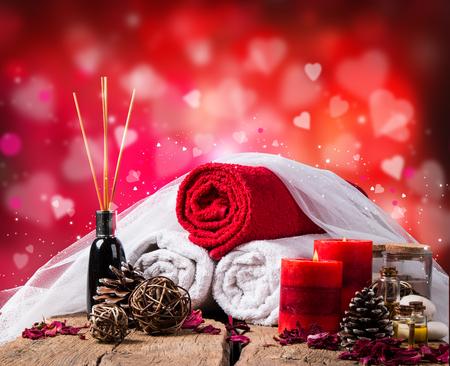 Spa-Massage-Einstellung, Lavendel-Produkt, Öl auf Holzuntergrund, Vlaentine Tag Hintergrund,
