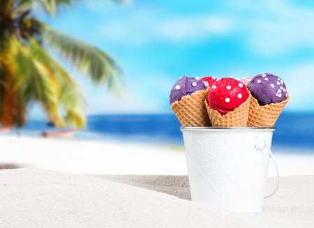 Ice cream in bucket on sandy beach Banque d'images - 115606522
