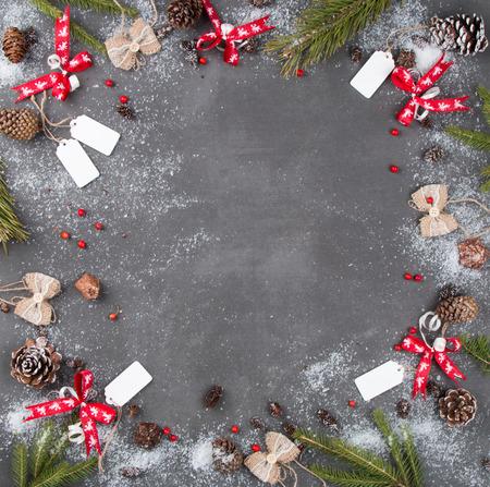 Weihnachtskomposition, Weihnachtsdekoration, Ribbot, Tannenzapfen, Kiefer auf Holztisch, flache Lage, Kopierraum, freier Platz für Text Standard-Bild