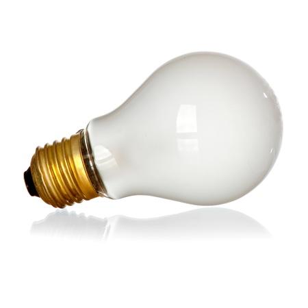 bombilla: Compañero bombilla aislada en el fondo blanco con la reflexión