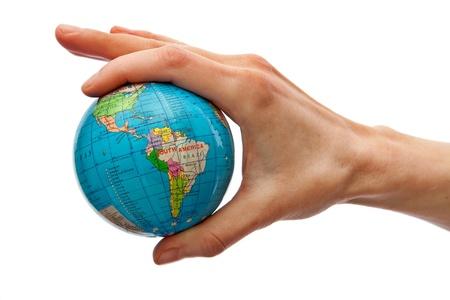 Hand nemen van geïsoleerde een wereldbol