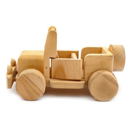 Houten speelgoed auto geïsoleerd op witte achtergrond