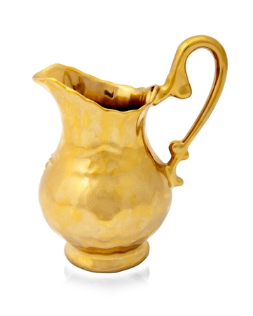 vase antique: Cruche d'or isol� sur fond blanc