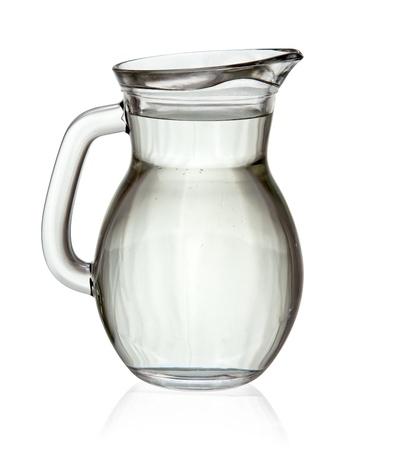 Vol water glazen kan geïsoleerd op witte achtergrond