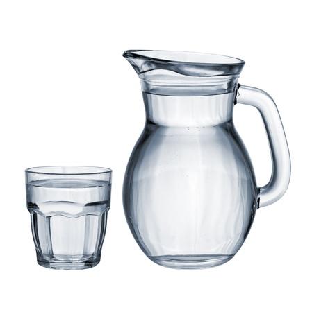 Vol met water glas en kruik geïsoleerd op witte achtergrond