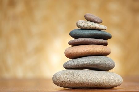 Stapel zen stenen op bruine achtergrond Stockfoto