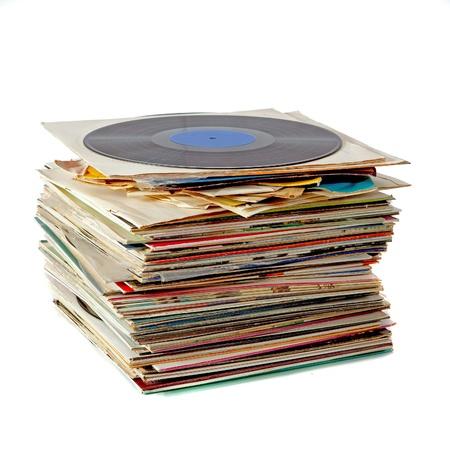 Stapel van oude stoffige vinyl platen op wit wordt geïsoleerd