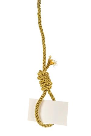 ahorcado: Tarjeta blanca con copia espacio colgando de oro cuerda soga del ahorcado aislado m�s de blanco