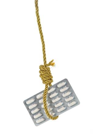 ahorcado: Paquete de p�ldoras que cuelga en cuerda de oro verdugo soga aislado m�s de blanco Foto de archivo