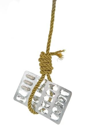 ahorcado: Usadas del paquete de p�ldoras colgando de oro cuerda soga del ahorcado aislado m�s de blanco