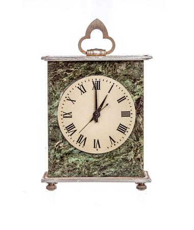 mantel: All'una il mantello orologio isolato su sfondo bianco