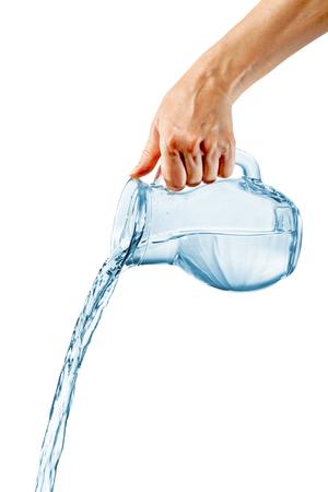 Hand gieten drinkwater uit glazen potje op witte achtergrond