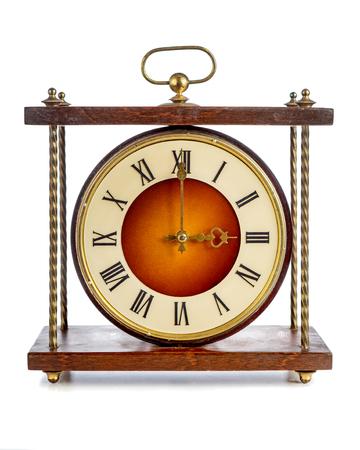 numeros romanos: Antiguo reloj con n�meros romanos que muestran tres sobre el fondo blanco