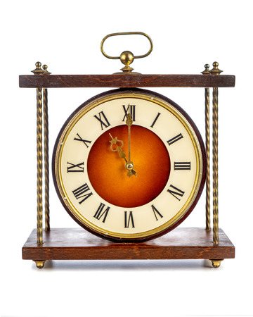 numeros romanos: Antiguo reloj con n�meros romanos que muestran once sobre el fondo blanco