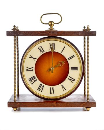 numeros romanos: Antiguo reloj con números romanos que muestran dos sobre el fondo blanco