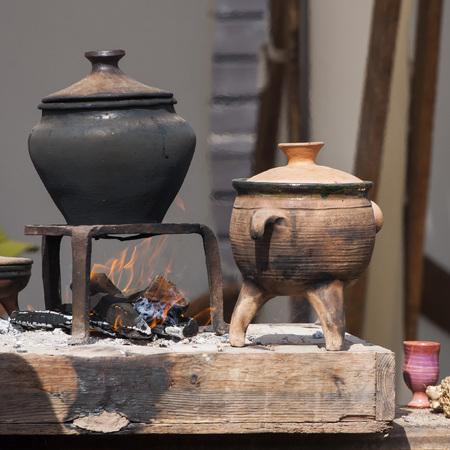 ollas de barro: vasijas de arcilla retro ebullición en la chimenea