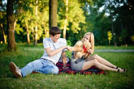 osos de peluche: Feliz pareja joven