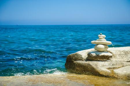 concepto equilibrio: Piedras en la orilla del mar