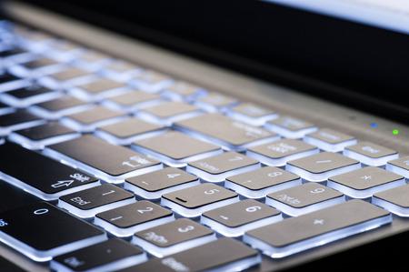 iluminado a contraluz: Teclado del ordenador portátil