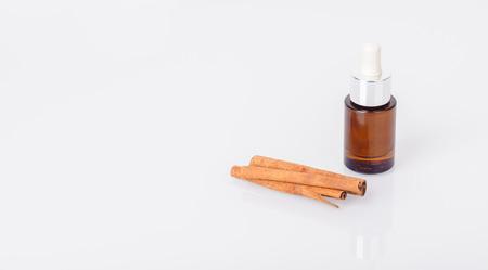 aromatický: Láhev aromatické oleje a skořice hole