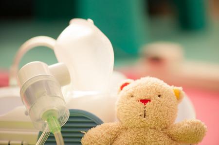 ネブライザーとテディベア - 子供の呼吸器治療 写真素材