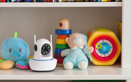 おもちゃ、ベビー モニターとして棚の上の IP カメラ
