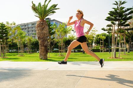 屋外で運動運動女性: を実行しています。 写真素材