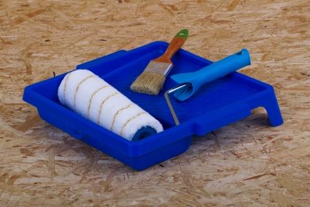 Pinsel, Bürste und Pfanne auf eine Sperrholzplatte Standard-Bild - 25471902