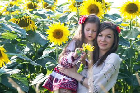 arnamentom: Mother and daughter in the flowers of sunflower