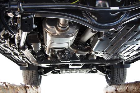 mantenimiento: La parte inferior del coche, parte inferior del coche, todoterreno, reparación de automóviles, un transporte de prestigio, horizontal imagen, coche grande que se coloca en los registros, la inspección del coche abajo.