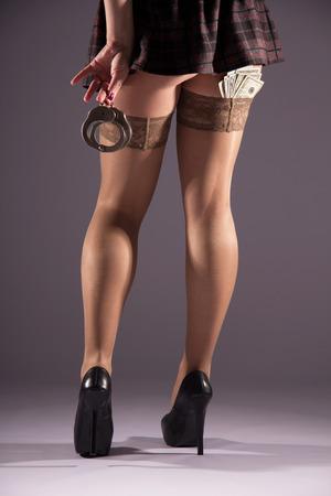 nackt: Weibliche Prostitution, Versto� gegen das Gesetz, ein Fan von Banknoten, Zahlung f�r die Dienstleistungen, den Verkauf K�rper-Verh�ltnis, die Strafe f�r ein Verbrechen, Unmoral Jugend, die F��e in Nylon-Str�mpfe. Lizenzfreie Bilder