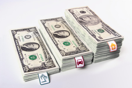 Geld sparen, sammeln Geld, Geld in Bündeln Schritte, Finanzplanung gestapelt, Traum, Planungskosten, Packungen von Dollar, Familienökonomie, DSLR-Fotografie Dollar, horizontale Abbildung. Standard-Bild - 39439709