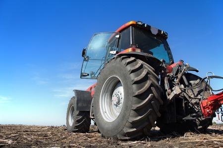보았다고 필드 작업 푸른 하늘의 배경에 심기 위해 땅, 트랙터를 제조, 농부 분야에 종사하는 농장, 현대 농업 운송, 작업 트랙터,