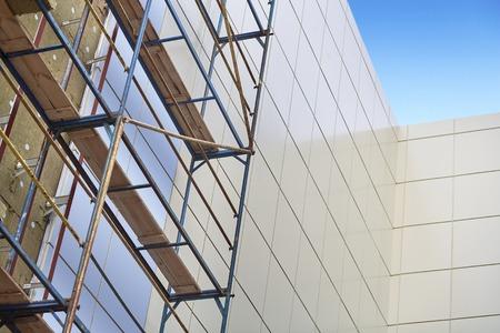 Wanddämmung, Mineralwolle, Verbundplatten Fassaden von Gebäuden, Ressourcenschonung, Gerüste, die Durchführung von Luftarbeit, Dämmung von Fassaden, Baumaterial, Gebäude mit Blick auf Arbeit. Standard-Bild - 51590297