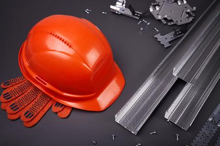 Casco da costruzione, profilo per cartongesso, fissaggio cartongesso, set di profili per costruzione, materiali da costruzione, profili in acciaio per riparazione, lavori di costruzione, viti per costruzione