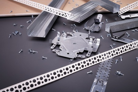 Profil für Gipskartonplatten, Gipskarton, Gipskarton Befestigung, Set von Bauprofile, Baumaterialien, Stahlprofile für die Reparatur, Bauarbeiten, Schrauben für den Bau, Kunststoffprofil Standard-Bild - 57029896