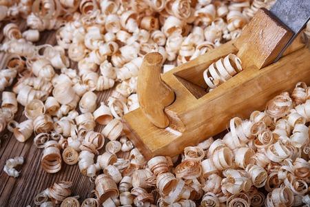 cepilladora de madera, tabla de madera vieja, un material de construcción natural, madera hechos a mano, herramientas de mano antiguos, la realización de carpintería, herramientas de carpintería, aserrín de madera, textura de madera vieja