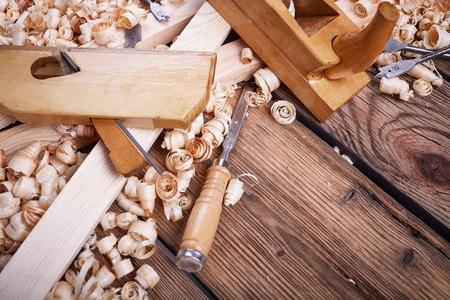 Houten schaafmachine, tabel uit oud hout, natuurlijke bouwmaterialen, houtwerk en antieke handgereedschap, het uitvoeren van timmerwerk, tool kit voor schrijnwerk, hout zaagsel, oud hout textuur