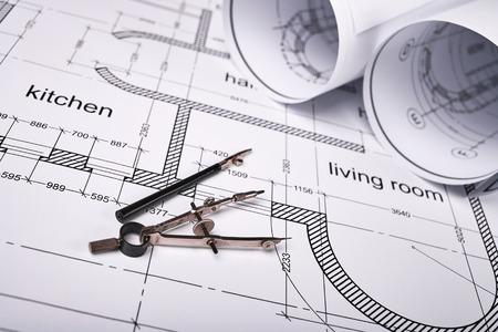 compas de dibujo: La construcción de la distribución del edificio, la construcción de dibujo sobre papel, un conjunto de herramientas de dibujo, planos enrollados en un rollo Foto de archivo