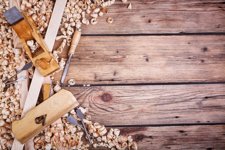 cepilladora de madera, tabla de madera vieja, materiales de construcción naturales, madera y herramientas de mano antiguos, la realización de la carpintería, la caja de herramientas para la carpintería, aserrín de madera, textura de madera vieja