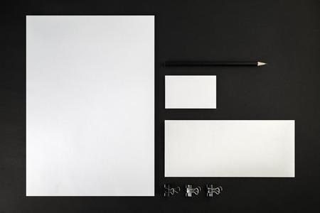 Corporate identity template op een zwarte achtergrond. Bovenaanzicht.