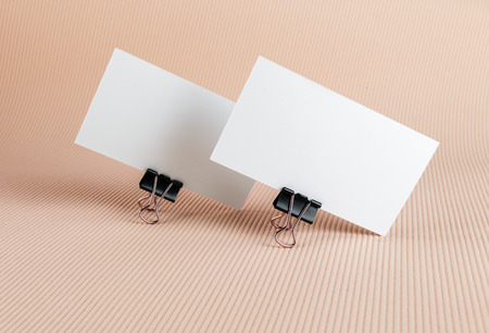 2 つのビジネス カードの背景の色を白します。