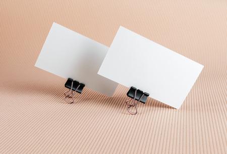 Twee lege visitekaartje op een achtergrond kleur.